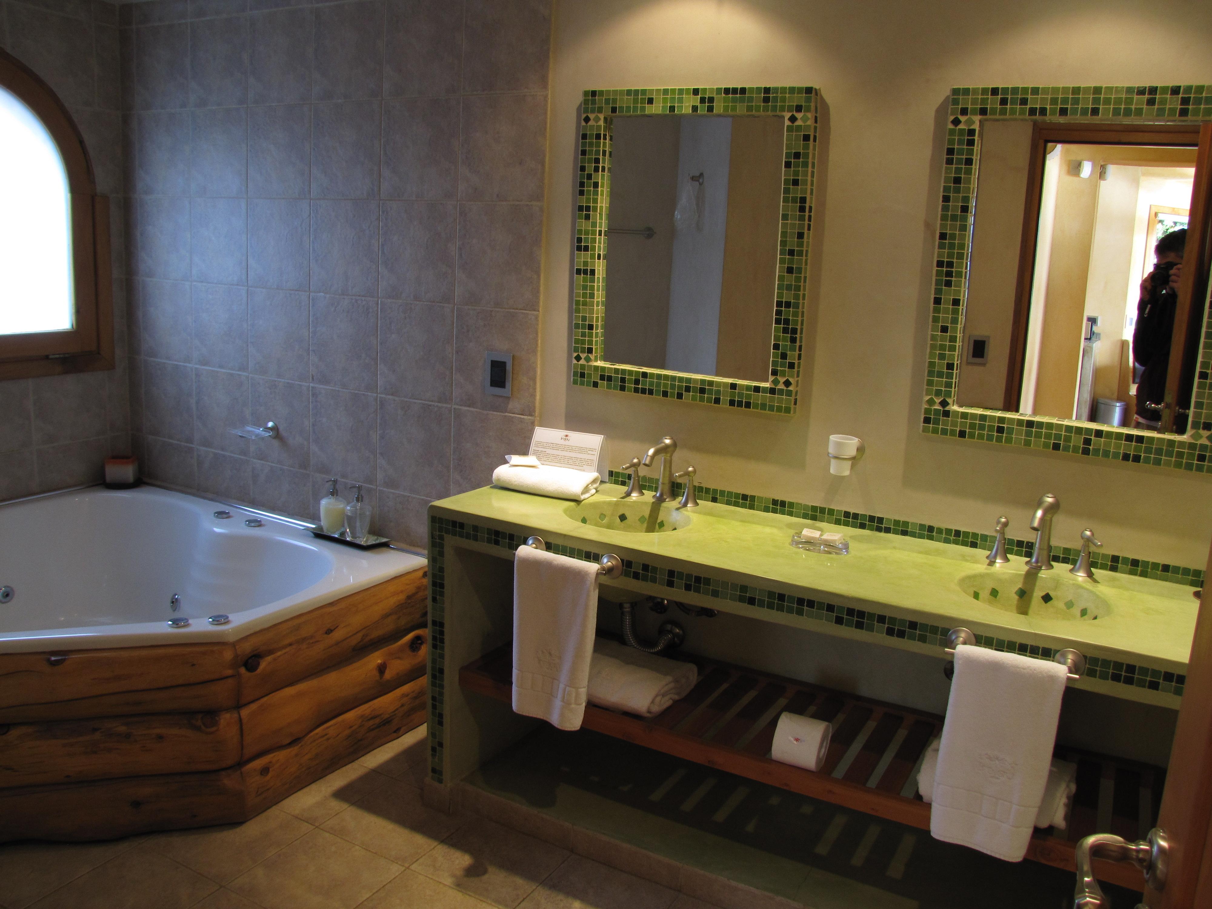 Hotel Lirolay em Bariloche – uma cabana de montanha para chamar de  #938438 4000x3000 Banheiro Compartilhado Em Hotel