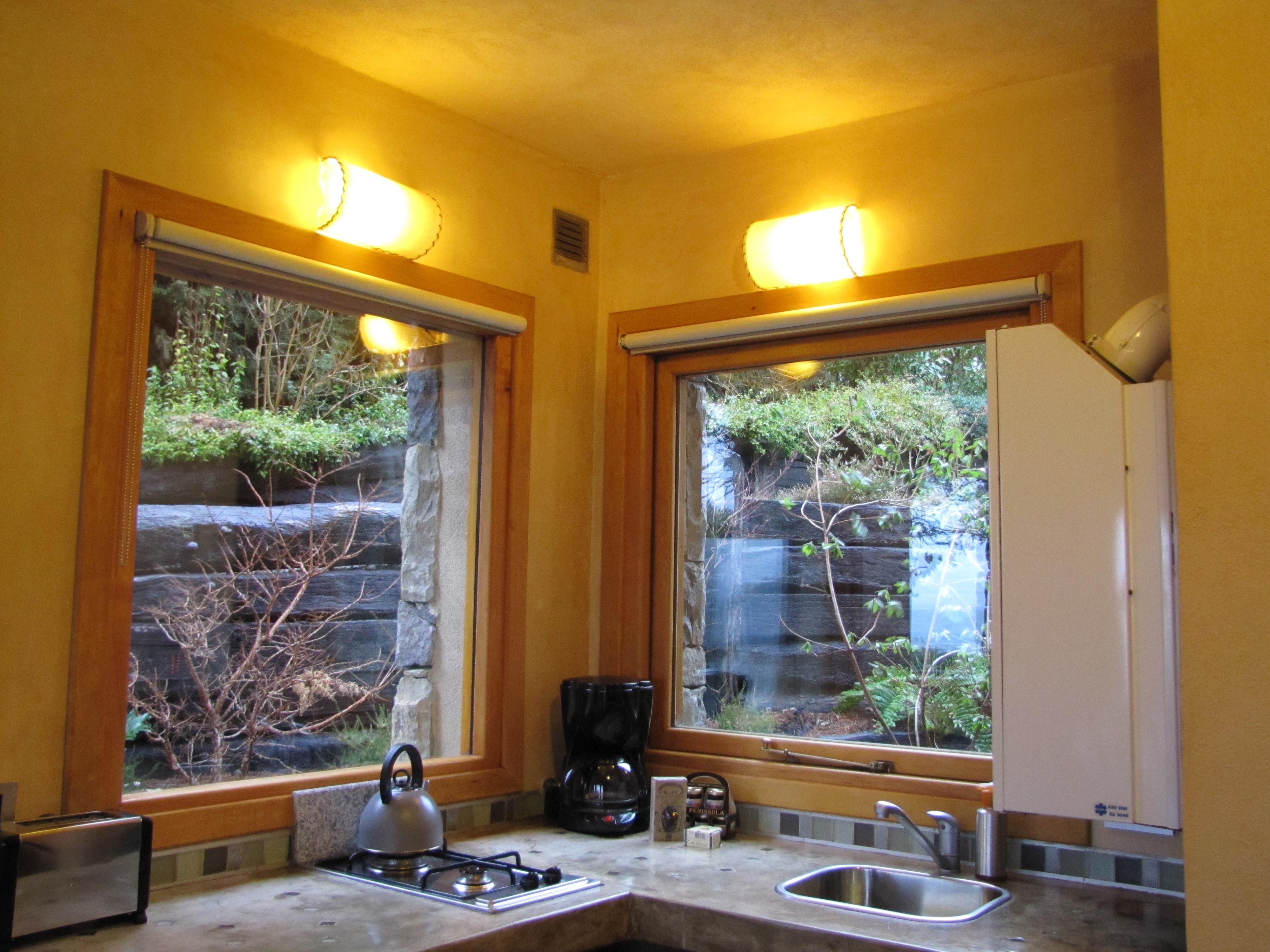 #C29309  manhã lá saltei da cama ansiosa e abri a janela para ver amanhecer 474 Janelas Duplas Madeira