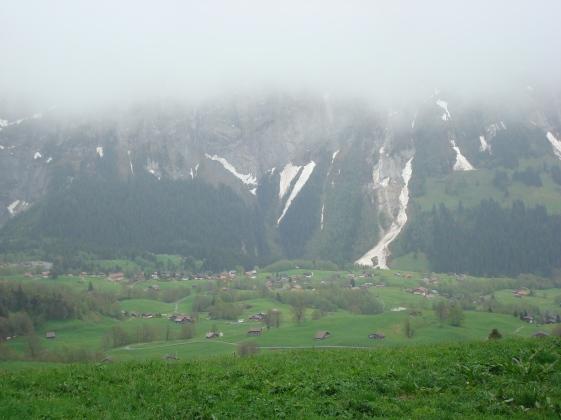 montanha com resquícios de neve