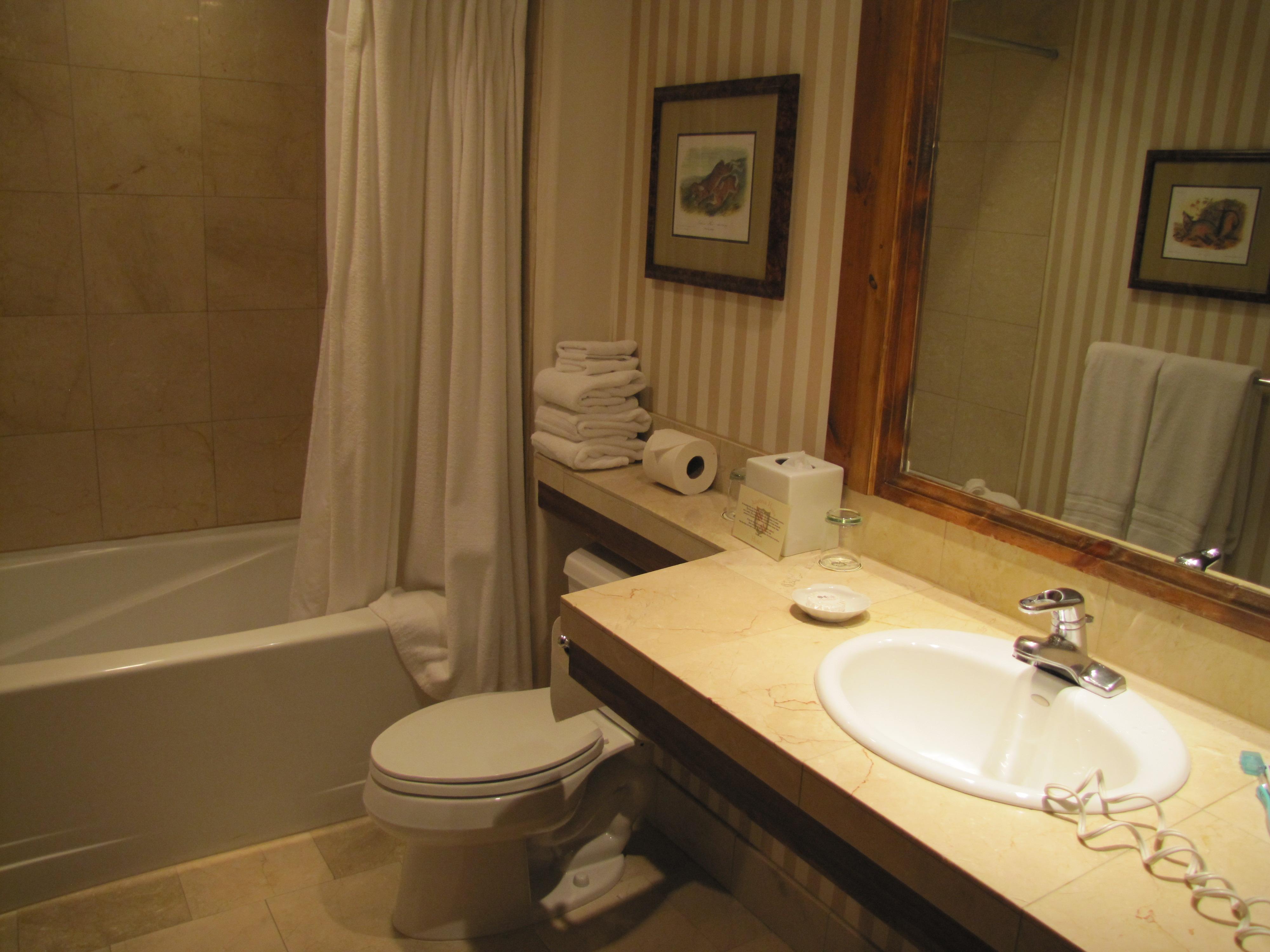 para completar o conforto uma salinha com duas poltronas TV de LCD  #A1792A 4000x3000 Banheiro Branco Bege
