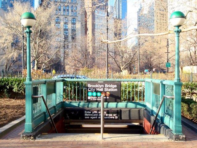 Estação de metrô mais próxima à Brooklyn Bridge, a partir de Manhattan