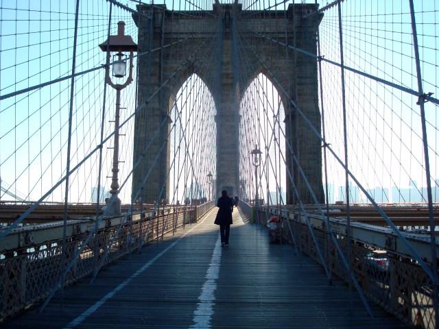 Ponte do Brooklyn - na parte central há um caminho exclusivo para pedestres e cicilistas