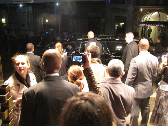 Fãs acompanham a saída de Lady Gaga do hotel