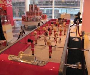 Barbie Foosball Table - edição limitada na Fao Schwarz, pela bagatela de 29 mil dólares! (Charlie Sheen já comprou a sua)