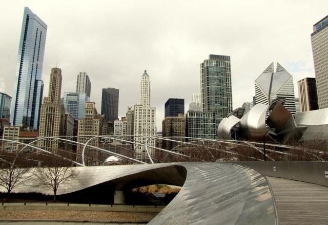 BP Bridge e Jay Pritzker Pavilion ao fundo, de Frank Gehry