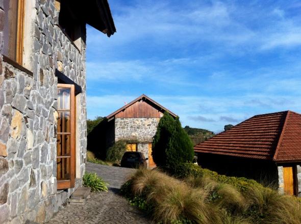 À direita, Casa Materna; à esquerda, Casa das Ervilhas; ao fundo, Casa das Fronteiras