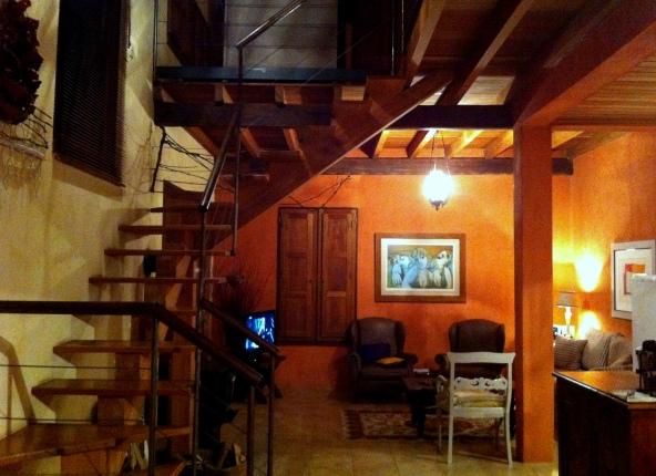 Vista geral do andar inferior, com cozinha à direita