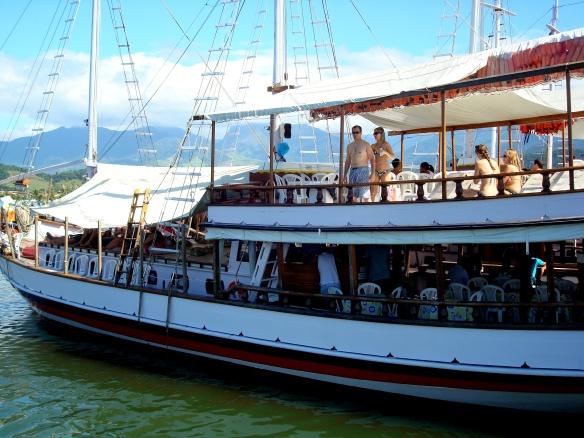 Escuna no porto, prestes a sair: fiesta a bordo