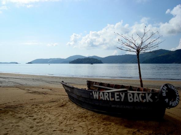 Águas calmas na Praia do Pontal e homenagem ao mais famoso pirata de Paraty