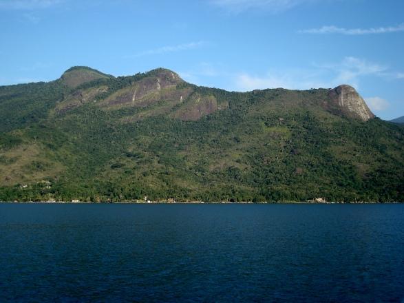 """Saco do Mamanguá - à esquerda as duas """"mamas"""" e à direita o Morro do Pico"""