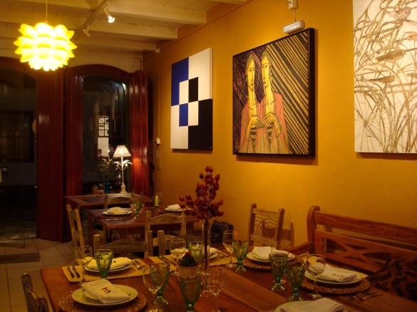 Restaurante decorado com quadros de artistas locais