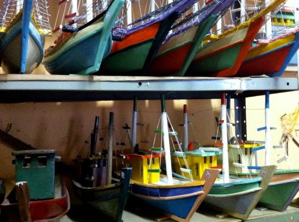 Barquinhos de madeira: simplicidade e muita cor