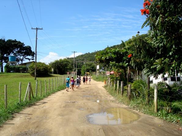 Estrada de chão leva até a Praia dos Ranchos e Praia do Meio