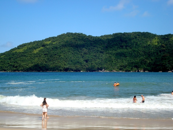 Praia do Meio - ao fundo, piscina natural do Cachadaço