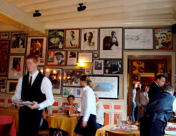Interior do restaurante e paredes que contam histórias