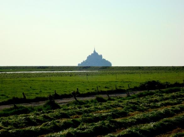 Mont-Saint-Michel avistado ao longe, da estrada