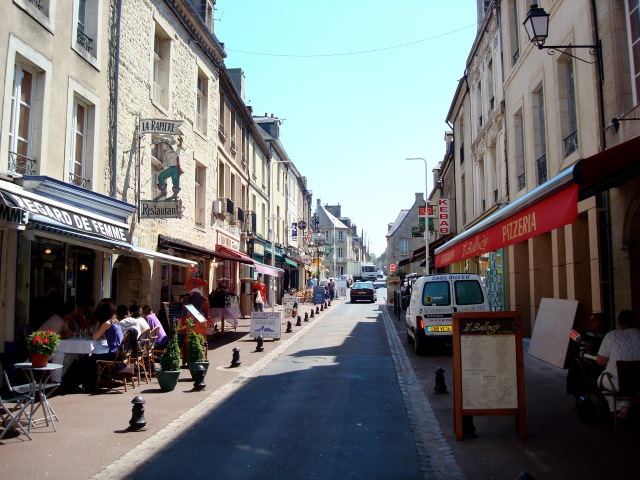 Uma das ruas do Centro de Bayeux na hora do almoço