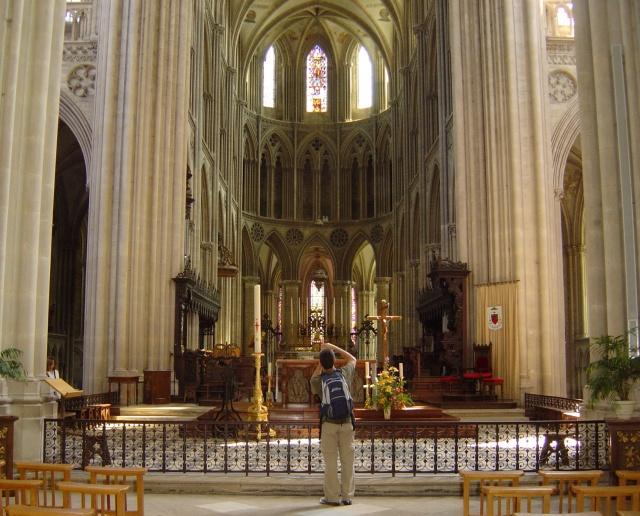 Vista interna da Catedral de Bayeux