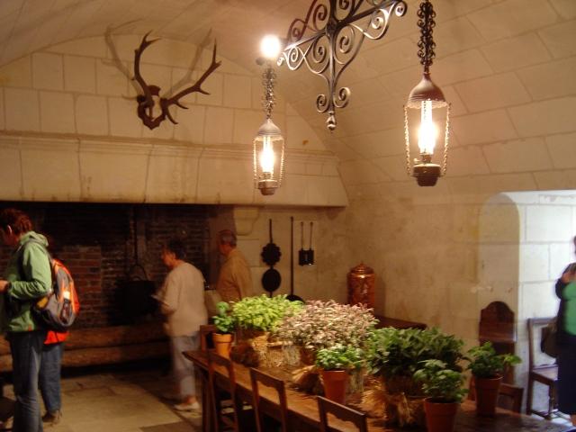 Cozinha de castelo com temperos frescos - só na França!