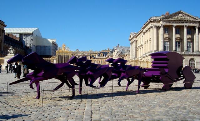 Pátio Frontal de Versailles - na época, em exposição obra contemporânea de Xavier Veilham