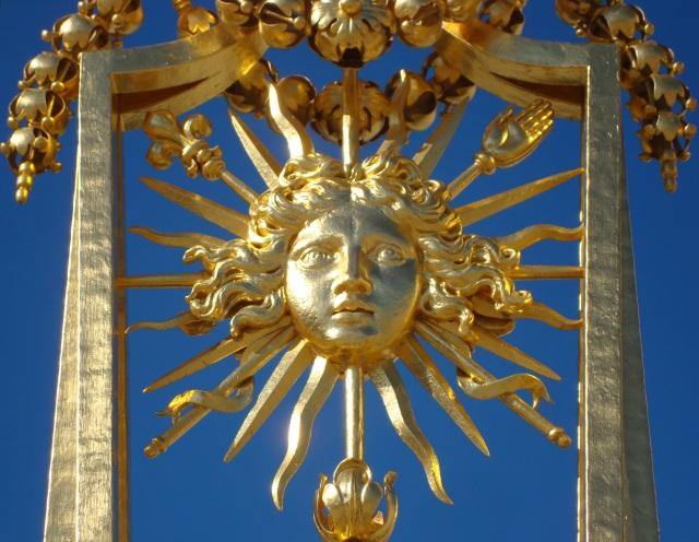 Detalhe de um dos portões de entrada - o símbolo do Rei Sol