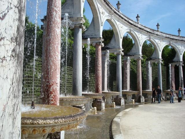 A Colonnade, com seus arcos de mármore