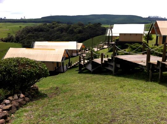 Barracas luxo mais acima; na parte mais baixa, barracas suíte