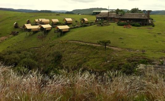 À direita, casa principal; no meio, casa de banho; à esquerda, barracas térmicas